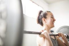 Treinamento da mulher com barra do peso fotos de stock