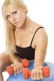 Treinamento da mulher com dumbbells Imagens de Stock