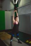 Treinamento da mulher da aptidão pelo kettlebell Jovem senhora apta que faz o exercício do crossfit Fotografia de Stock Royalty Free