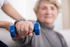 Treinamento da mulher mais idosa com fisioterapeuta fotografia de stock