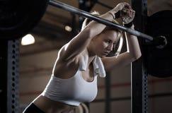 Treinamento da mulher no centro do crossfit Foto de Stock