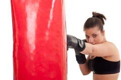 Treinamento da mulher no encaixotamento no saco de perfuração Fotos de Stock