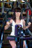 Treinamento da mulher no gym Fotografia de Stock Royalty Free