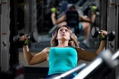 Treinamento da mulher no gym Fotos de Stock
