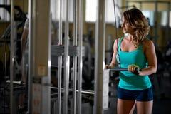 Treinamento da mulher no gym Foto de Stock