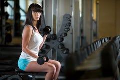 Treinamento da mulher no gym Imagens de Stock Royalty Free