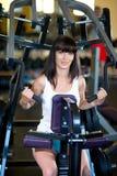 Treinamento da mulher no gym Imagem de Stock