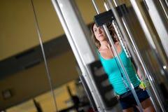 Treinamento da mulher no gym Foto de Stock Royalty Free