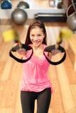 Treinamento da suspensão da aptidão no gym fotos de stock royalty free