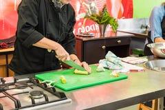 Treinamento de habilidades culinário da faca da escola Imagens de Stock Royalty Free