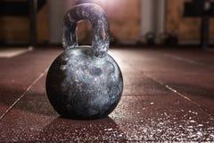 Treinamento de Kettlebell no gym fotos de stock