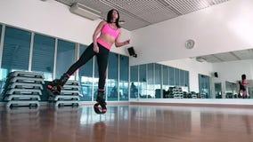 Treinamento de salto da mulher com as sapatas do kangoo no gym filme