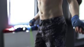 Treinamento de salto do homem em dar certo do gym filme