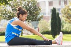 Treinamento de sorriso desportivo da mulher e exercício, estilo de vida saudável imagem de stock royalty free