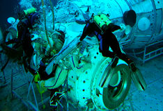 Treinamento de Spacewalk na água Fotos de Stock Royalty Free