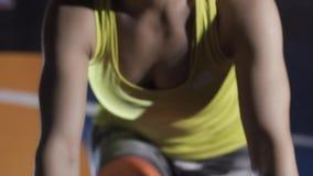 Treinamento desportivo da jovem mulher usando o equipamento da aptidão video estoque