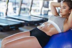 Treinamento desportivo da mulher no gym fotografia de stock