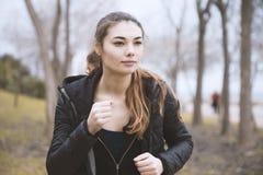 Treinamento desportivo dos povos em uma área do ar livre, em um estilo de vida saudável e em uns conceitos do esporte fotos de stock