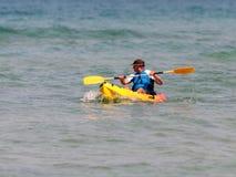 Treinamento do atleta na manhã do verão do caiaque no mar Mediterrâneo perto da costa de Haifa, Israel Fotografia de Stock Royalty Free