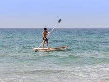 Treinamento do atleta na manhã do verão do caiaque no mar Mediterrâneo perto da costa de Haifa, Israel Imagem de Stock