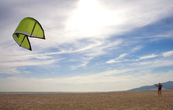 Treinamento do beginer do surfista do papagaio fora da água Imagens de Stock