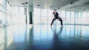 Treinamento do dançarino do hip-hop no estúdio do gym no movimento lento vídeos de arquivo