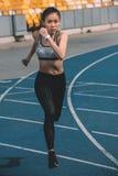 Treinamento do desportista no estádio da pista de atletismo, conceito running da moça Imagem de Stock