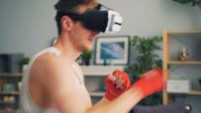 Treinamento do desportista nos vidros da realidade virtual que encaixotam apenas as mãos e cabeça moventes video estoque