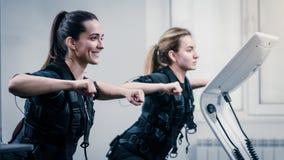Treinamento do EMS no fitnessclub fotos de stock royalty free
