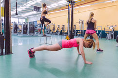 Treinamento do grupo das mulheres em um circuito do crossfit fotos de stock royalty free