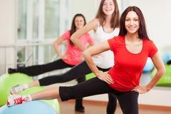 Treinamento do grupo em um fitness center Fotos de Stock