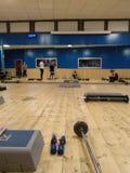 Treinamento do Gym ginástica para o corpo com pesos, etapas e outras ferramentas fotografia de stock