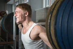 Treinamento do homem forte na máquina do smith Fotos de Stock