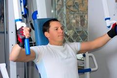 Treinamento do homem no centro de aptidão Imagem de Stock Royalty Free