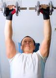 Treinamento do homem no centro de aptidão Fotografia de Stock Royalty Free