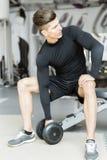 Treinamento do homem novo em um gym Fotografia de Stock