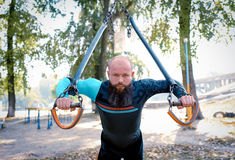 Treinamento do homem novo no gym exterior fotografia de stock royalty free