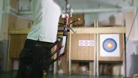 Treinamento do homem novo no tiro ao arco com curva e setas, pessoa, esportes vídeos de arquivo