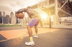 Treinamento do jogador de basquetebol na corte Fotos de Stock