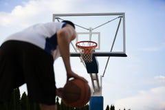 Treinamento do jogador de basquetebol na corte conceito sobre basketbal Fotos de Stock Royalty Free