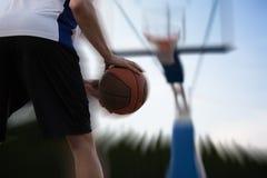 Treinamento do jogador de basquetebol na corte conceito sobre basketbal Imagem de Stock