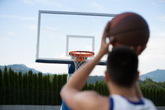 Treinamento do jogador de basquetebol na corte conceito sobre basketbal Imagem de Stock Royalty Free
