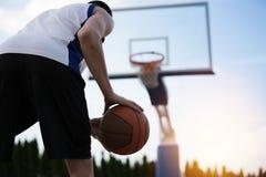 Treinamento do jogador de basquetebol na corte conceito sobre basketbal Imagens de Stock Royalty Free