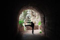 Treinamento do lutador em um túnel escuro fotos de stock royalty free