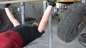 Treinamento do peso com pneumático em um banco FDV video estoque