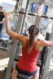 Treinamento do peso da mulher na ginástica imagem de stock