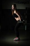 Treinamento do peso da mulher na ginástica Exercitar sobre puxa para baixo a máquina do peso Mulher que faz tração-UPS que exerci Foto de Stock Royalty Free