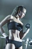 Treinamento do peso da mulher nova Fotos de Stock Royalty Free