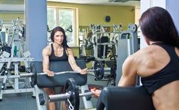 Treinamento do peso da mulher nova foto de stock
