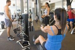 Treinamento do peso do grupo de pessoas na ginástica Imagens de Stock Royalty Free